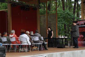 Lucie Flebbe spricht auf der Landesgartenschau vor Publikum