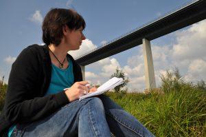 Lucie Flebbe an der Ruhrtalbrücke