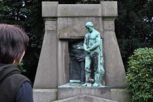 Statue am Städtischer Friedhof Bochum-Gerthe